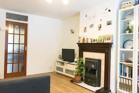 Private Single room in warm terrace house
