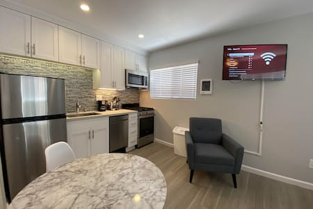 Remodeled Studio Apartment 2 Blocks from the Bay!
