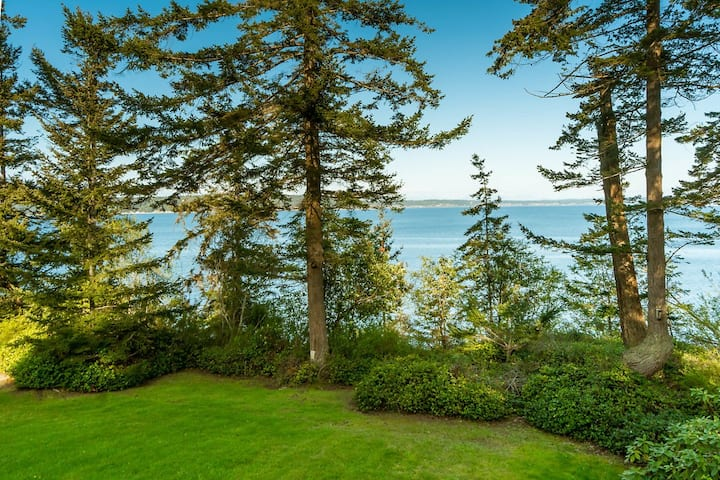 High bank waterfront, private beach access *views*
