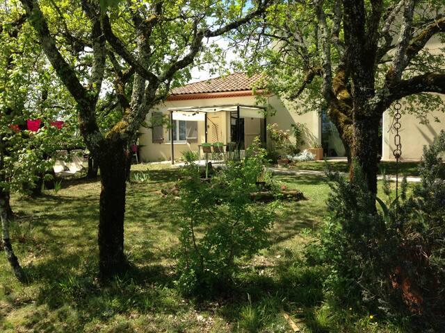 A la campagne, terrasse, piscine  ....