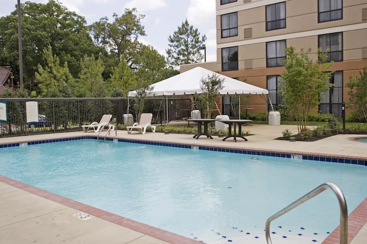 King Suite. Free Breakfast. Outdoor Pool. Gym. Relaxing Retreat!