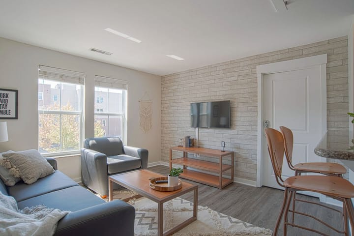 Chic 1BR steps away from VU campus!