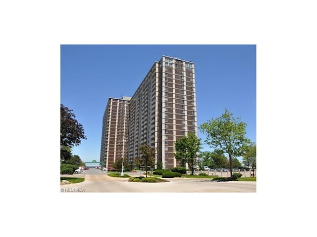 RNC week! Carlyle condo on the lake - Lakewood - Apartment