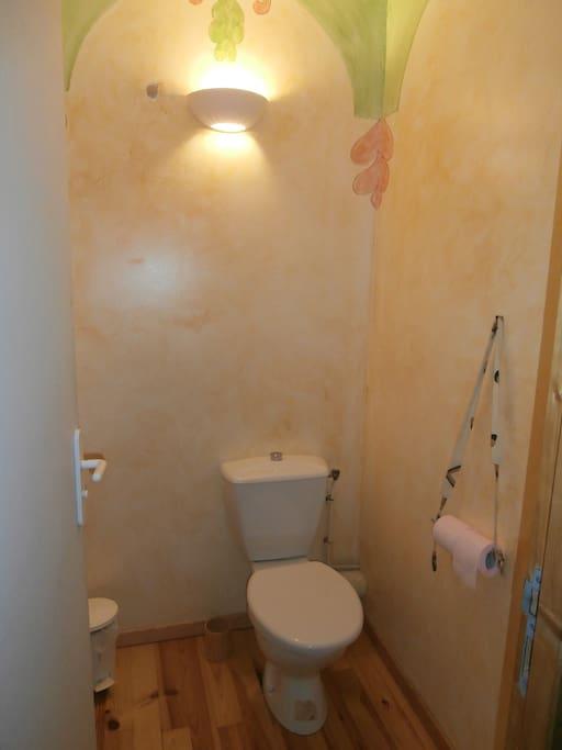 Toilettes privatives à l'entrée de la chambre