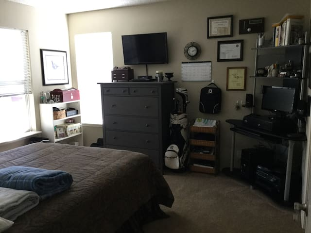 Spacious room min. from Pittsburgh and stadiums