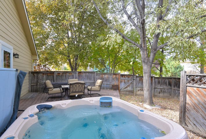 5 BDR House with Hot Tub and Home Theater!