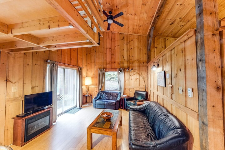 Dog-friendly cabin w/firepit - ski/golf at nearby mountains!
