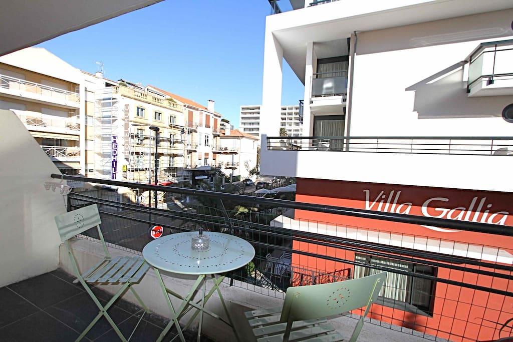 balcon avec table bistrot pour 2 personnes