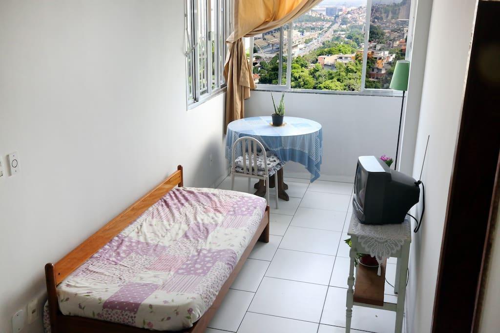 Sala confortável com vista para o sambódromo.