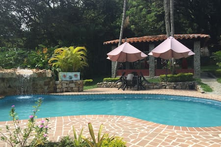 AMAZING CHALET W POOL BBQ PLAYGROUND A/C AND MORE - 卡利 - 牧人小屋
