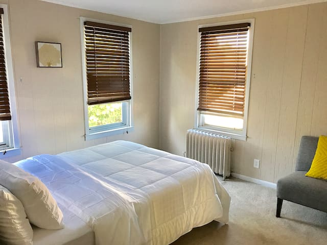 Modern room near NYC/EWR (1 OF 2)