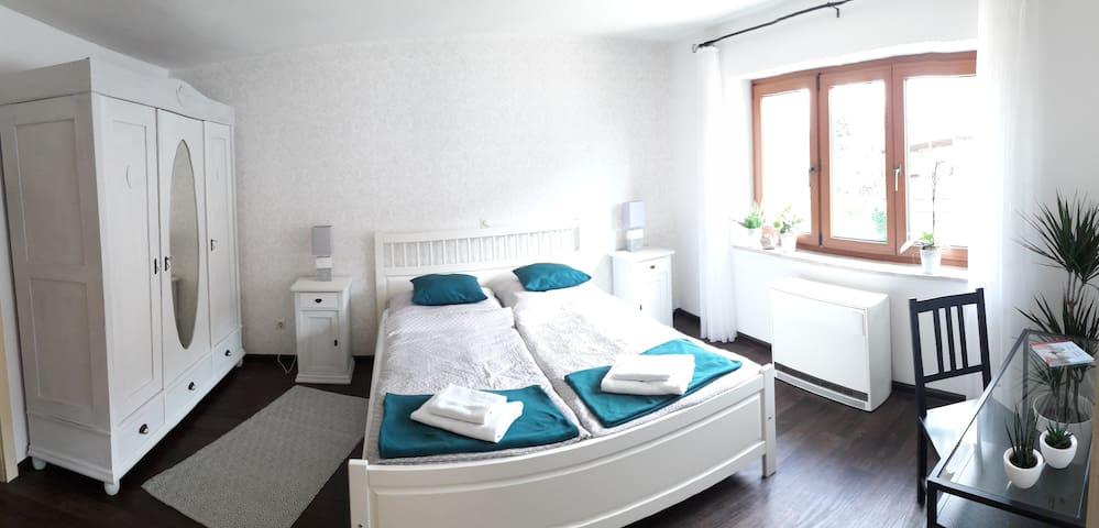 Sonniges Doppelzimmer in neu renovierter Wohnung