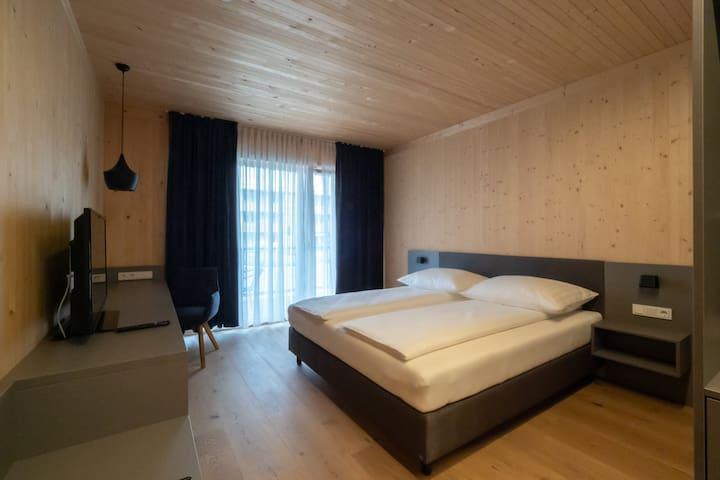GästeHAUS & HOFladen Familie Öllerer (Sitzenberg), Doppelzimmer mit Boxspringbett in ruhiger Lage
