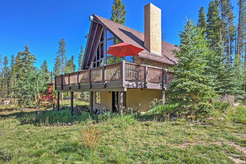 This mountain home features a large private deck that not only promises scenic views, but also offers the perfect space for relaxation.