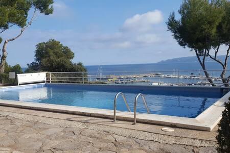 Apartamento con piscina y bonitas vistas al mar