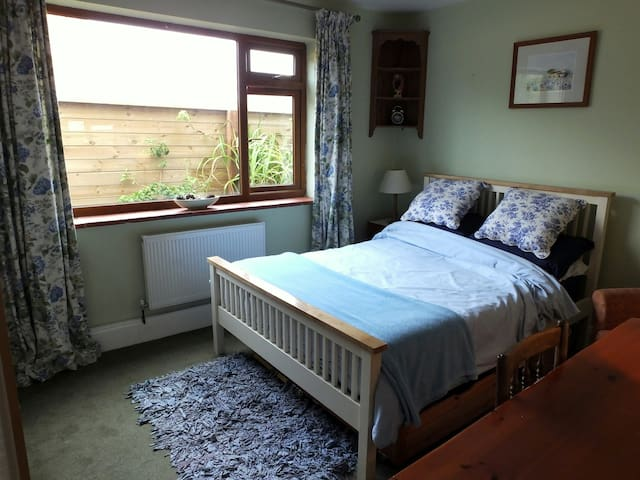 Comfortable, well-equipped double bedroom - Southampton - Rumah