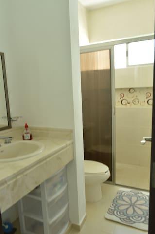 Higiénico baño completo.