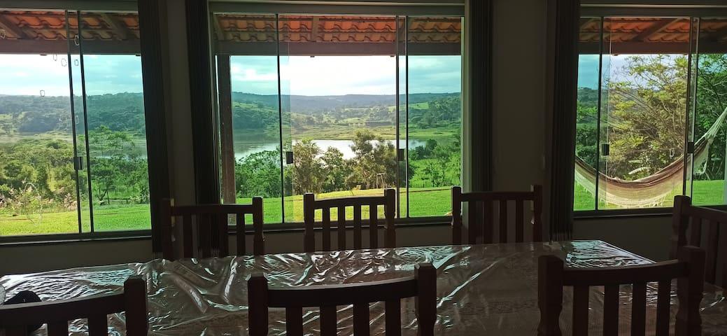 mesa da sala com linda vista para o lago