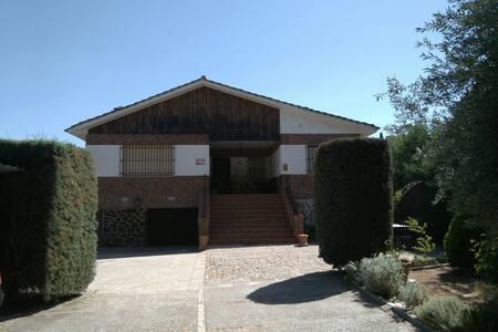 Confortable casa rústica en finca rodeada de pinos - Olías del Rey - Ház