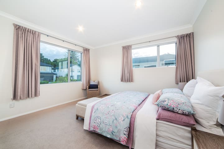 Silverdale Queen  ensuite -close to Orewa beach
