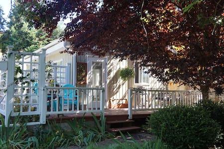 NEW LISTING! Sunset Cove Cottage - 納努斯灣(Nanoose Bay) - 小屋