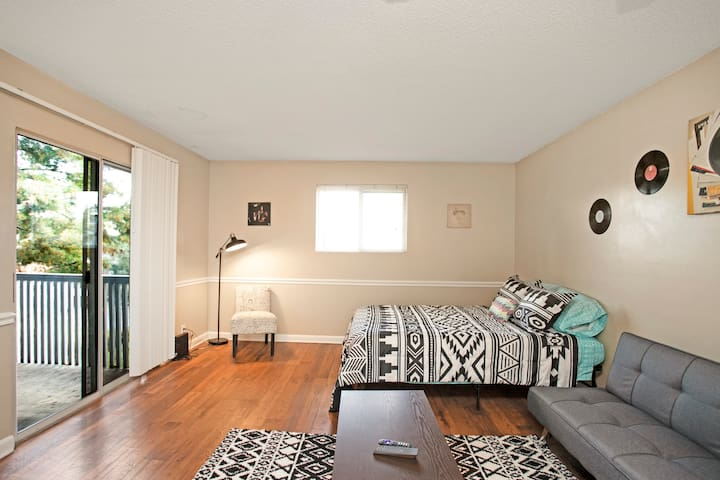 Flat in Music City! Pool+Parking!