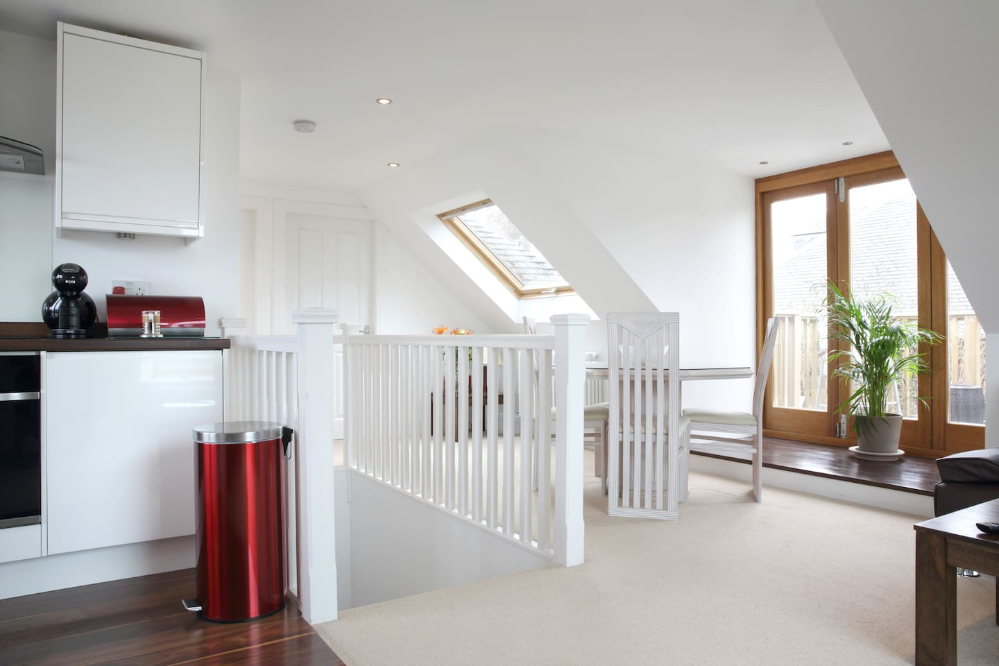 Light, bright and airy space, with sea views and sunny roof terrace. Close to city centre, by the beach, with free unrestricted parking. Great location to explore but also unwind.