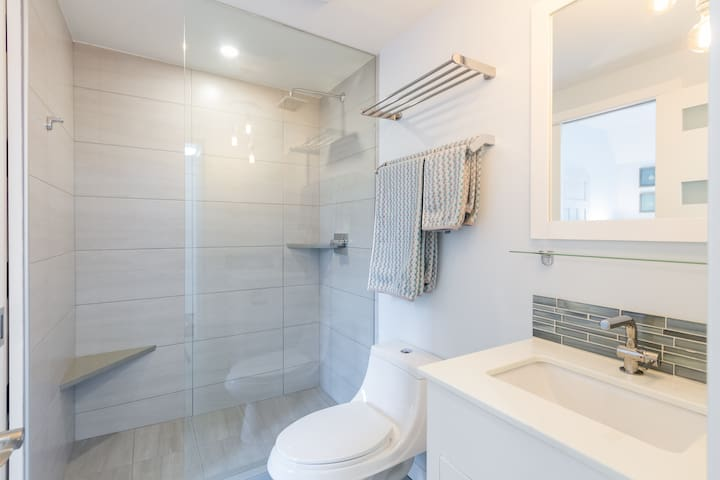 Convenient and cozy space in Whistler Village, within walking distance to restaurants and shops. Great host, great communication. Thank you for allowing us to stay.