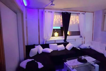 Einzimmerwohnung mit Doppelbett