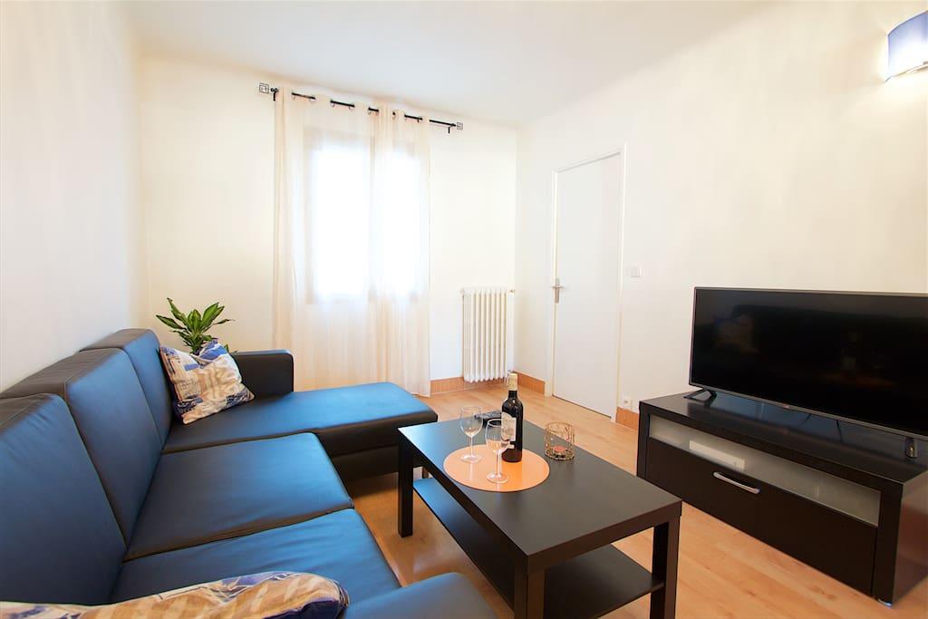 Confortable séjour avec tv grand écran, canapé d'angle, Wifi, climatisation