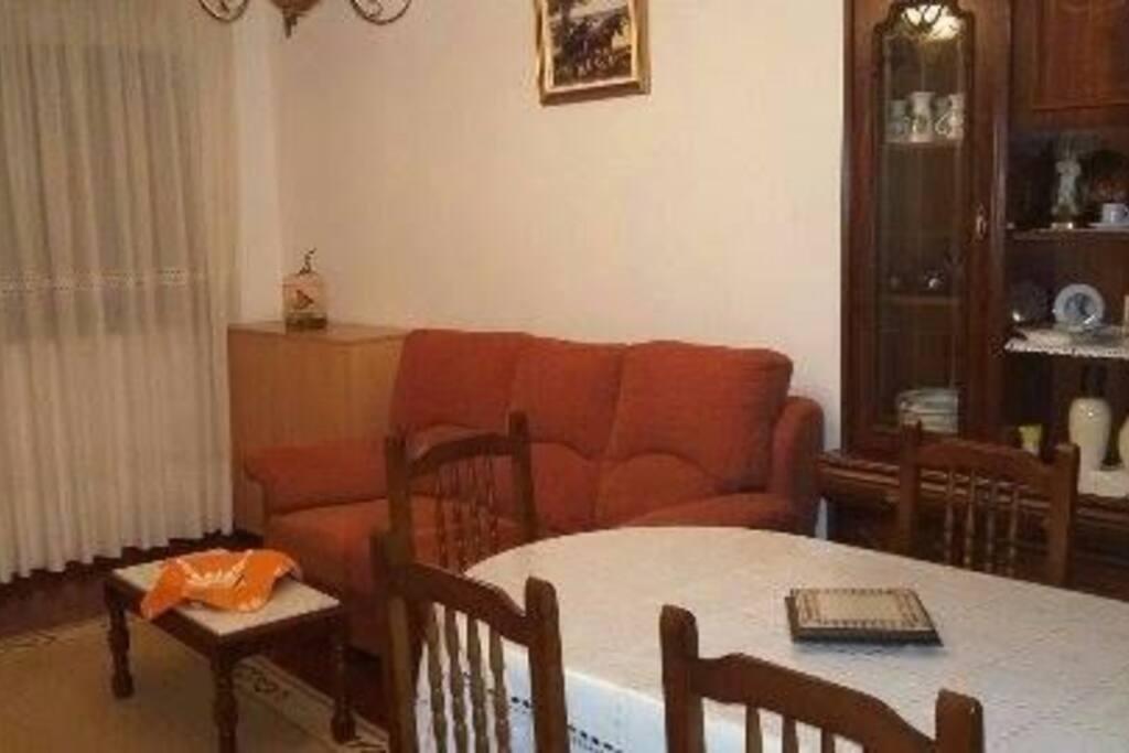 Salle à manger avec un canapé double et 1 meuble lit (pour enfant)