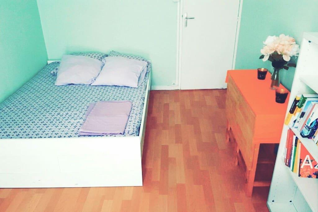 chambre spacieuse avec rangement et coin bureau