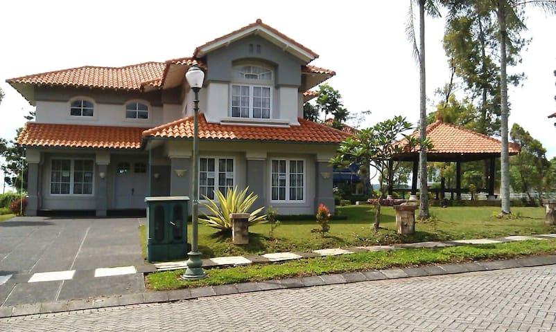 Villa keluarga di Cipanas Puncak - Cisarua - Casa de campo