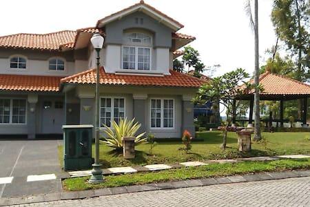 Villa keluarga di Cipanas Puncak - Cisarua