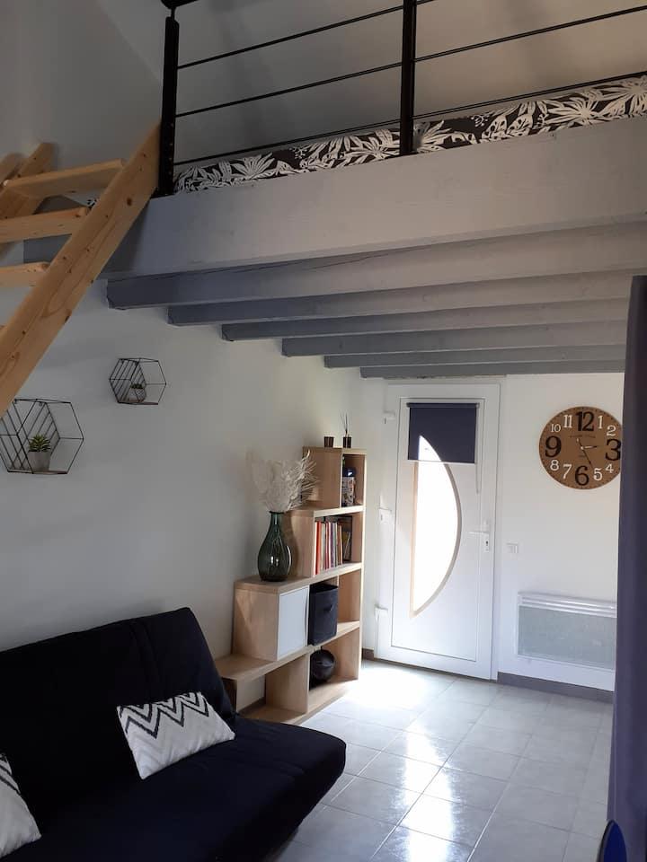 Joli petit studio neuf avec jardin et piscine