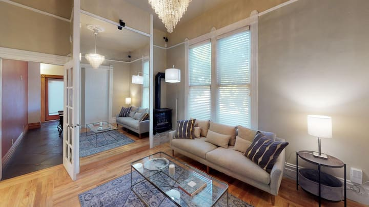 Private room in Classic Downtown Oakland Victorian with back patio
