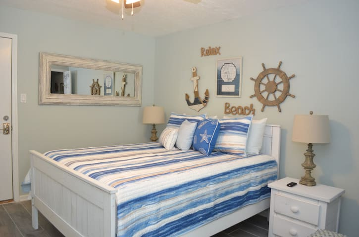 Beachview #228 Beautiful Studio - Heart of town!