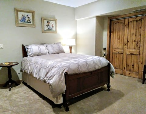 Queen bed with private bath. Deep clean performed.