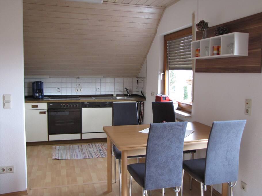 voll ausgestattete Küche mit Backofen, Herd, Kühlschrank
