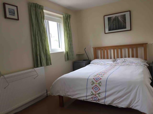 Sunny, spacious room in Oundle