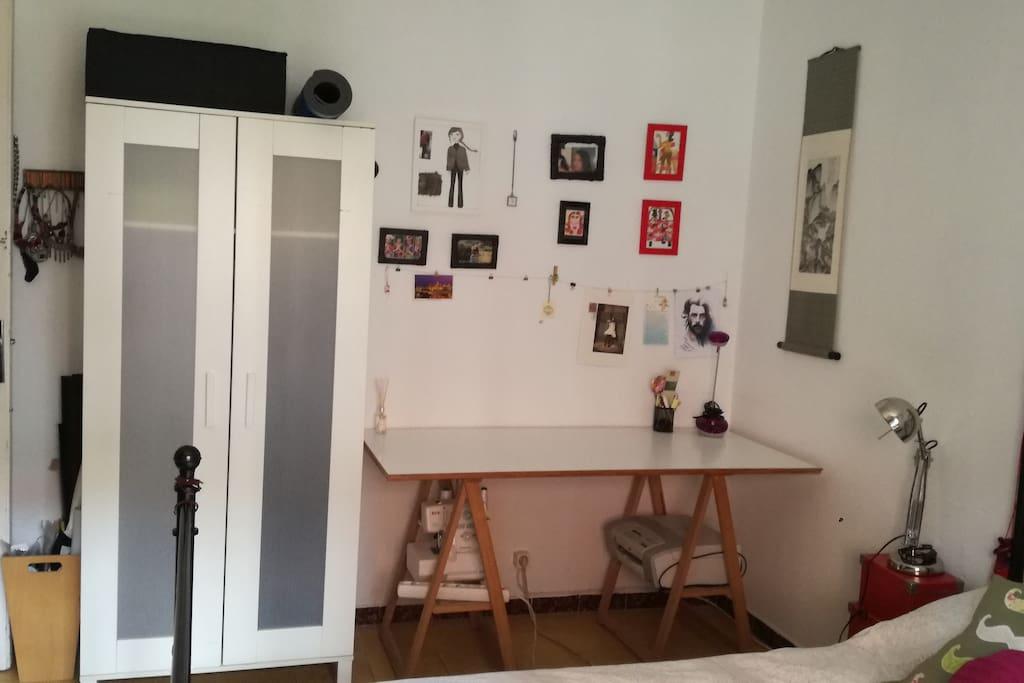 Habitación con mesa de trabajo y armario disponible exclusivo para el huésped