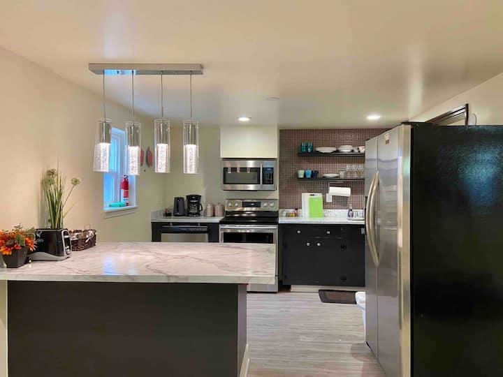 Cozy, family-friendly 3 BR unit in NE Seattle