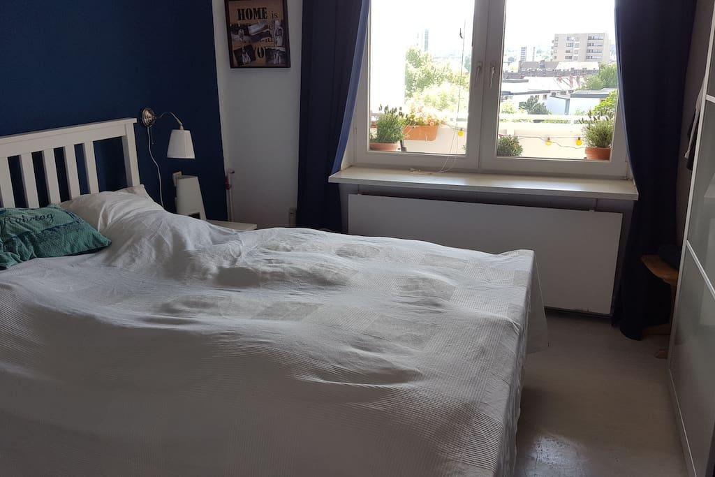 Im gemütlichen Schlafzimmer mit   einem 1,40Meter breiten Bett können zwei Erwachsene Erholung finden.