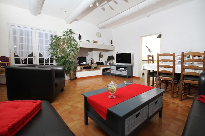 Salle à manger/Salon avec grand canapé d'angle - Donnant sur la cour intérieure
