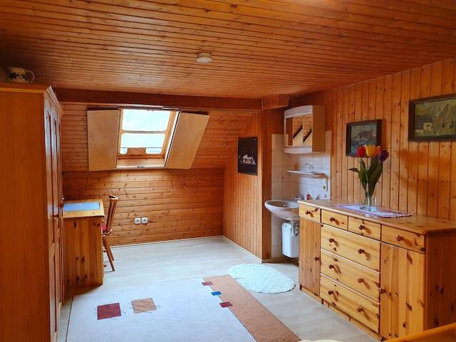 Das geräumige Schlafzimmer im Obergeschoss ist hell und freundlich und hat ein großes Doppelbett