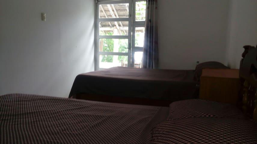 (a) Cuarto Vista Laguna (Hotel a orilla de laguna)