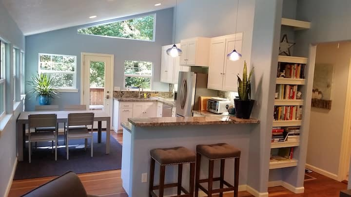 Modern 2BR cabin in the trees - Walk to Occidental