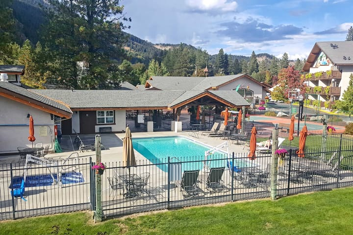 Icicle Village Condo w/ Hot Tub - Walk to Town!