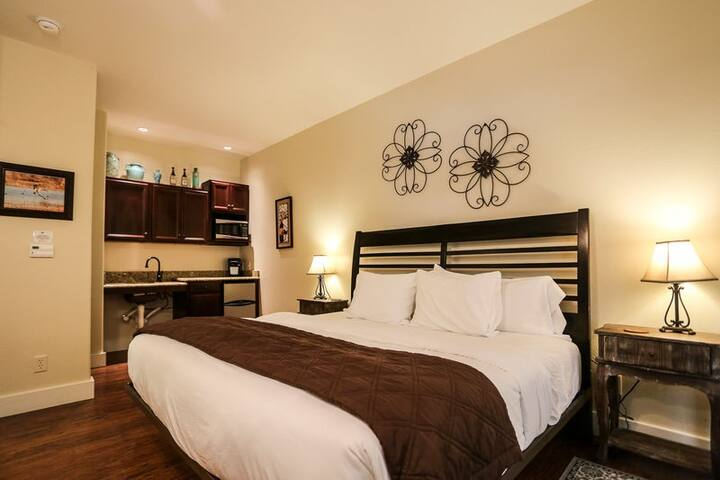 Main Street Retreat Journeys End | King Bed | Shared Hot Tub/Pool Access