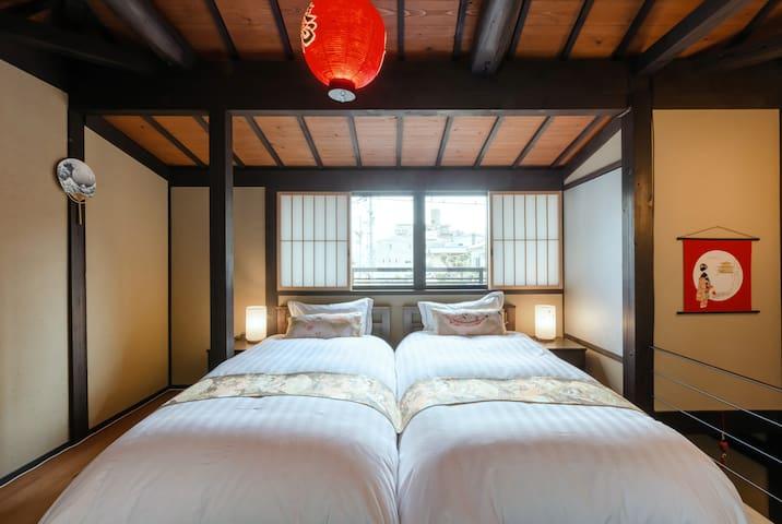 Western style twin beds on the second floor. 二楼木地板睡房有两张一米宽的单人床。